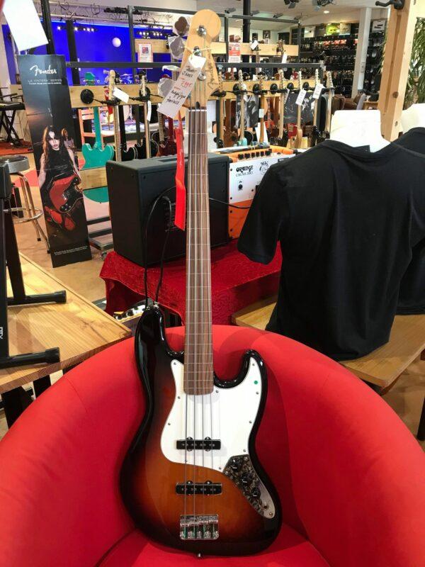 guitare basse électrique marron et blanche