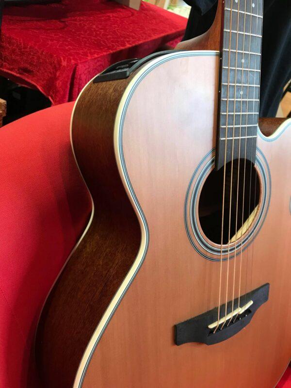 côté de guitare électro acoustique