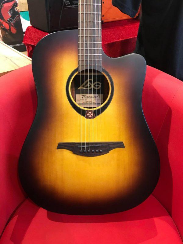 guitare acoustique marron et jaune
