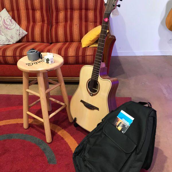 guitare acoustique et housse noire