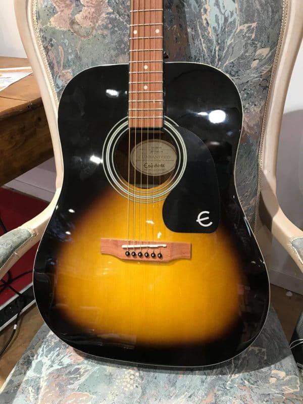 guitare acoustique noire et orange