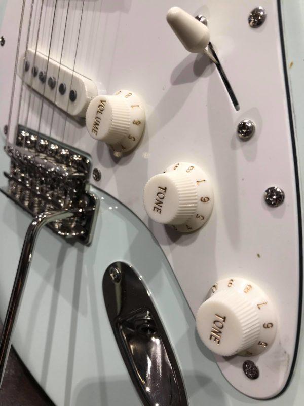 boutons de guitare blancs