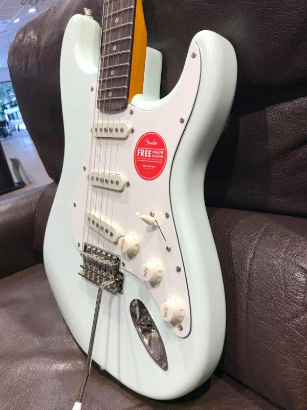 côté de guitare électrique bleue pastel